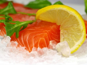 Image of salmon on ice by Kesu via Shutterstock. http://www.shutterstock.com/gallery-376831p1.html